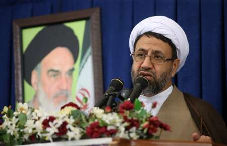 امام جمعه کیش: راه مبارزه با فساد رعایت تقوی الهی و حرکت در صراط مستقیم است