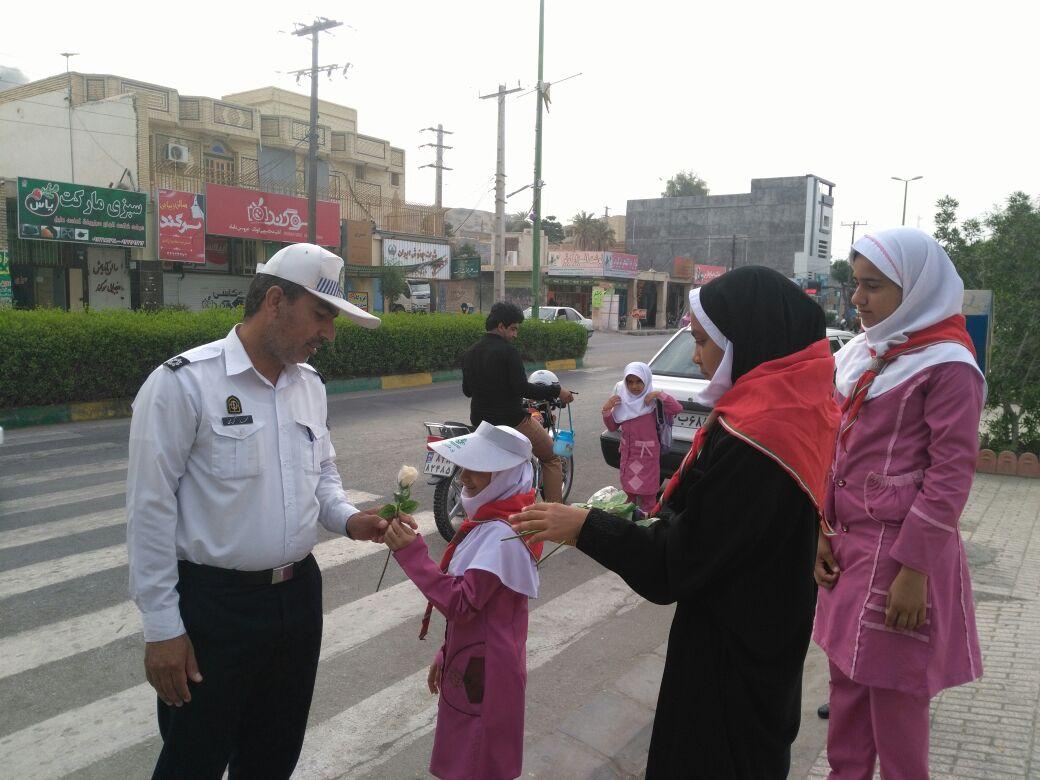 دانش آموزان مینابی با گل از پلیس تقدیر کردند + تصاویر
