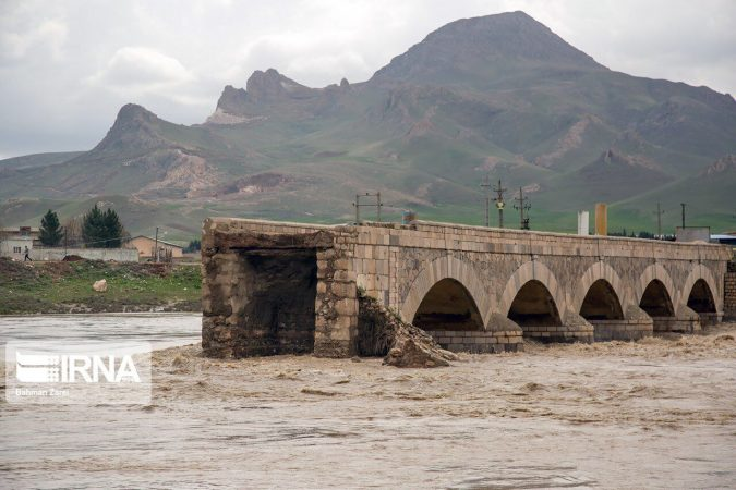 قطع مسیر ارتباطی ۴۰ روستا در بشاگرد در اثر طغیان رودخانه جگین