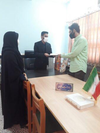 عکس / تقدیر از دانش آموز برگزیده مسابقات استانی نهج البلاغه در شهرستان ابوموسی
